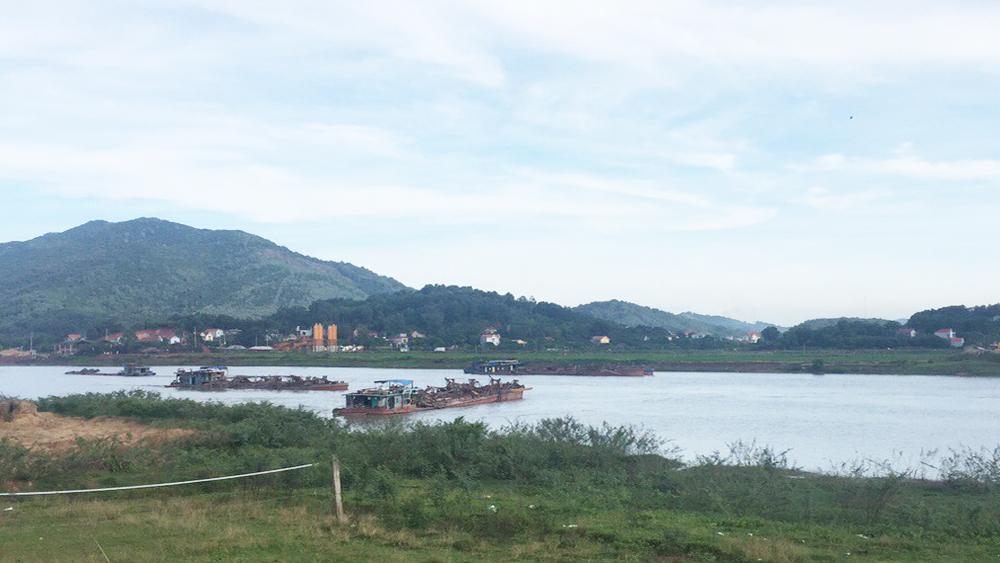 Bắt quả tang 5 thuyền hút cát trái phép trên sông Lục Nam