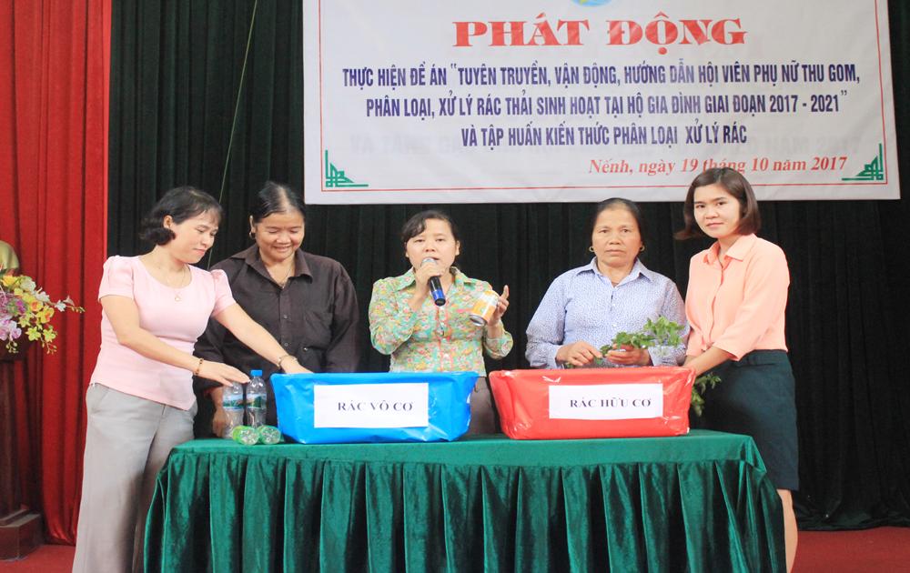 Tặng 200 chiếc thùng nhựa phân loại rác cho phụ nữ