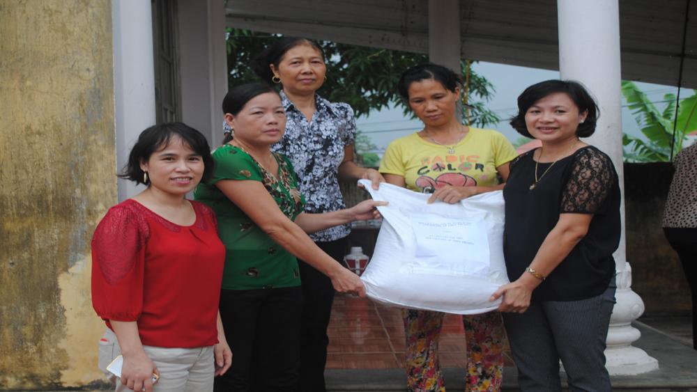 Hơn 800 phụ nữ nghèo được tặng quà dịp 20-10