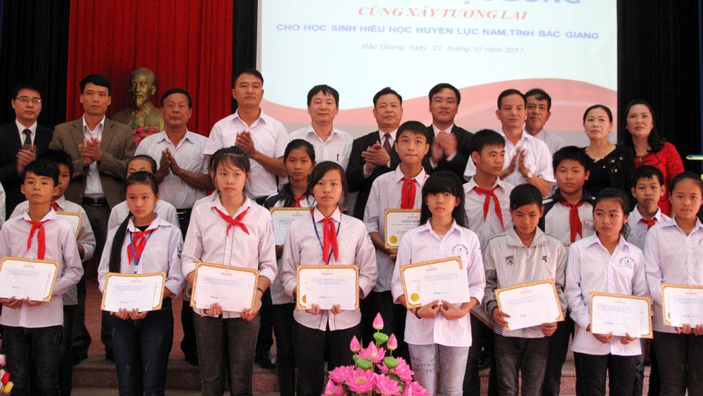 Công ty Bảo hiểm Nhân thọ Prudential Việt Nam: Trao 20 suất học bổng cho học sinh Lục Nam