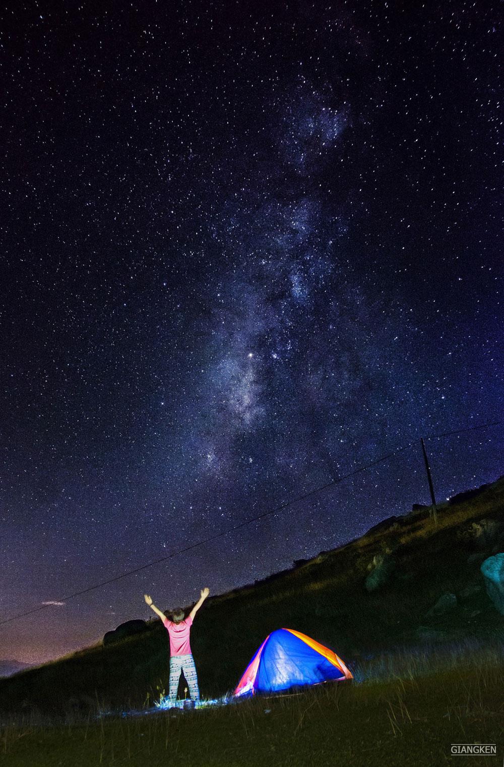 Dải ngân hà với hàng tỷ ngôi sao lấp lánh vắt ngang bầu trời.