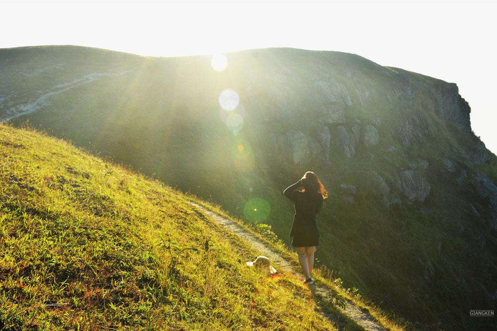 Du khách ngắm cảnh mặt trời mọc kỳ ảo trên đỉnh núi.