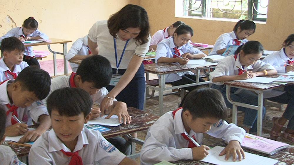 Giáo viên trường THCS Phượng Sơn hướng dẫn học sinh làm bài tập.