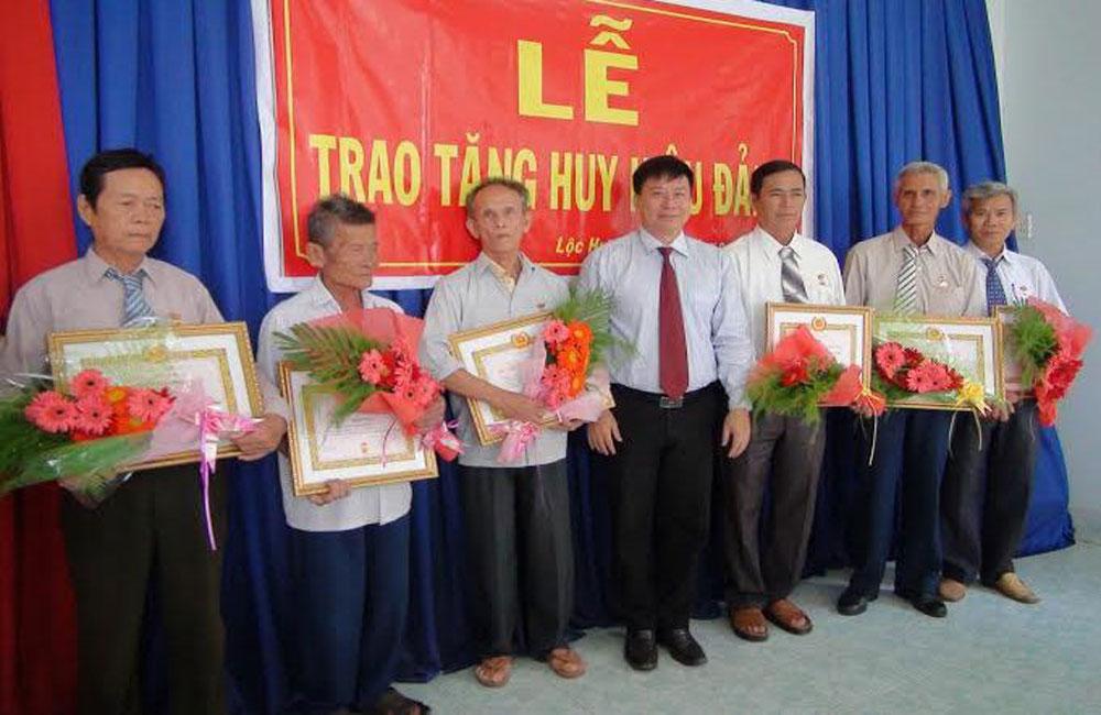 Lạng Giang trao tặng Huy hiệu Đảng cho 104 đảng viên