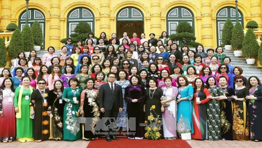 Phó Chủ tịch nước gặp mặt Đoàn nữ doanh nhân tiêu biểu được tặng Cúp Bông hồng vàng