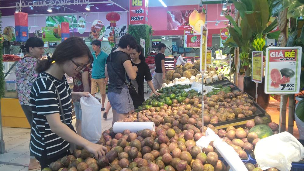 Người tiêu dùng chọn mua hàng hóa tại Big C Bắc Giang. Ảnh: Huy Nam