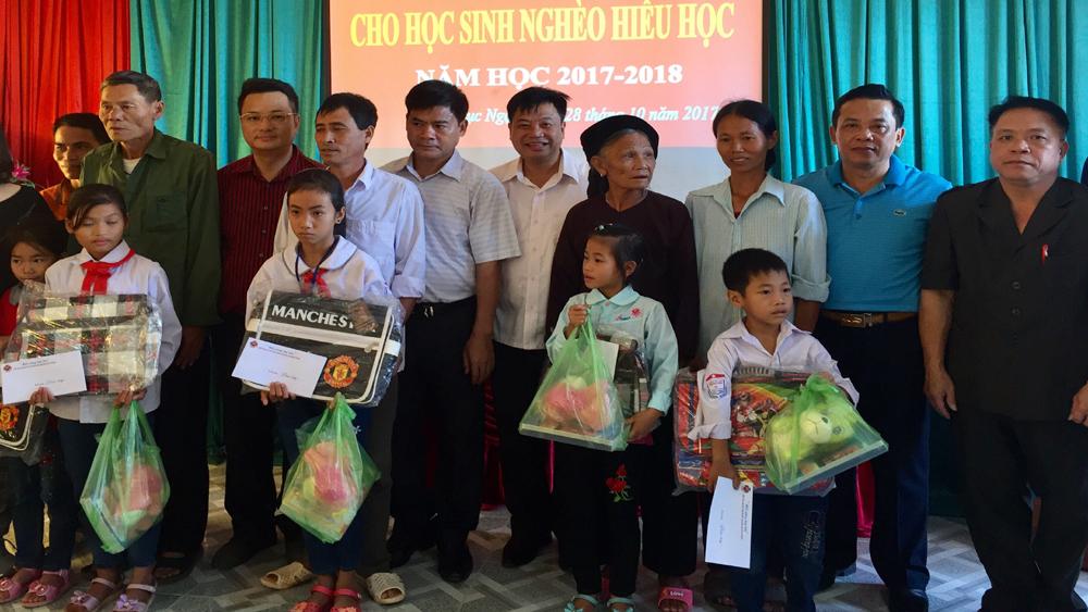 Đoàn thiện nguyện thành phố Hạ Long trao 10 suất quà cho học sinh nghèo Lục Ngạn
