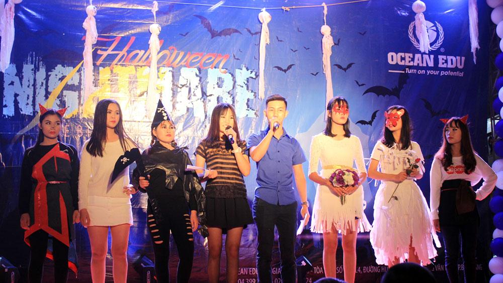 Các bạn trẻ tham gia hóa trang tại đêm hội Halloween.