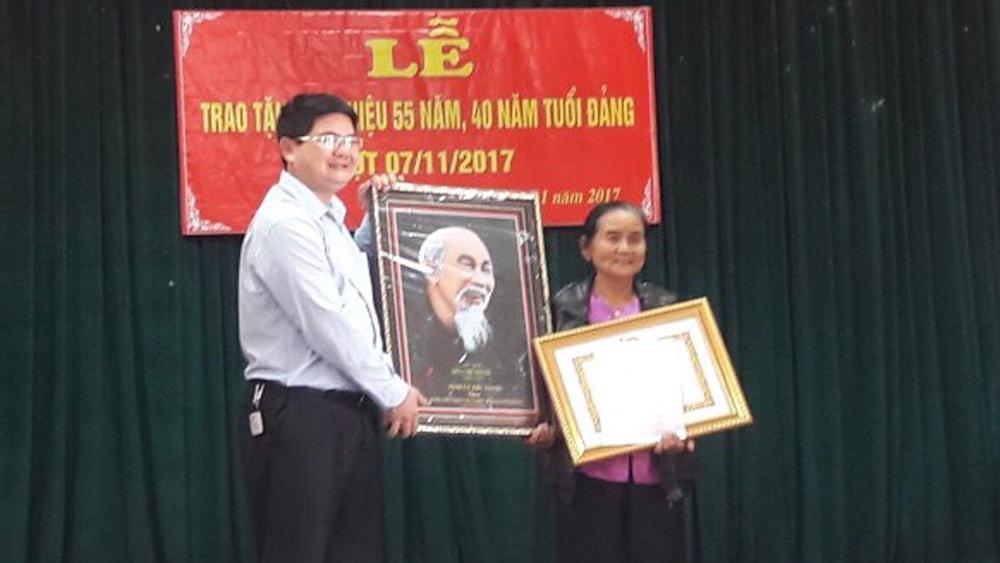 101 đảng viên được nhận Huy hiệu Đảng đợt 7-11