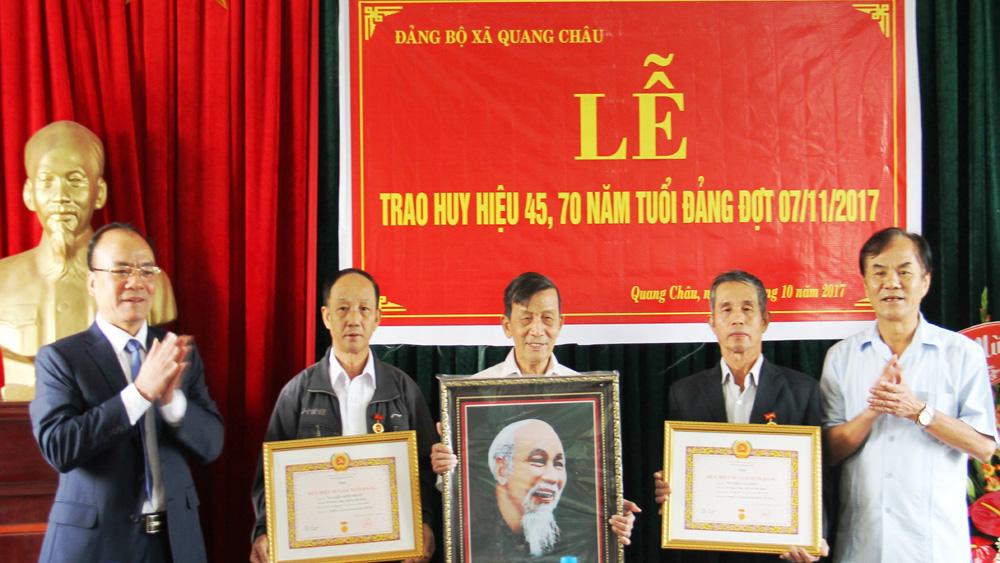 Trao tặng, truy tặng Huy hiệu Đảng cho 81 đảng viên