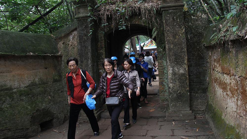 Du khách thăm chùa Bổ Đà (Việt Yên).