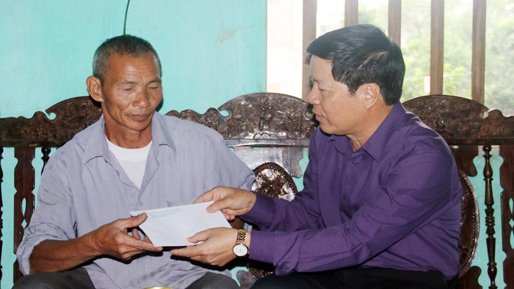 Thăm tặng quà nạn nhân tai nạn giao thông ở huyện Hiệp Hòa