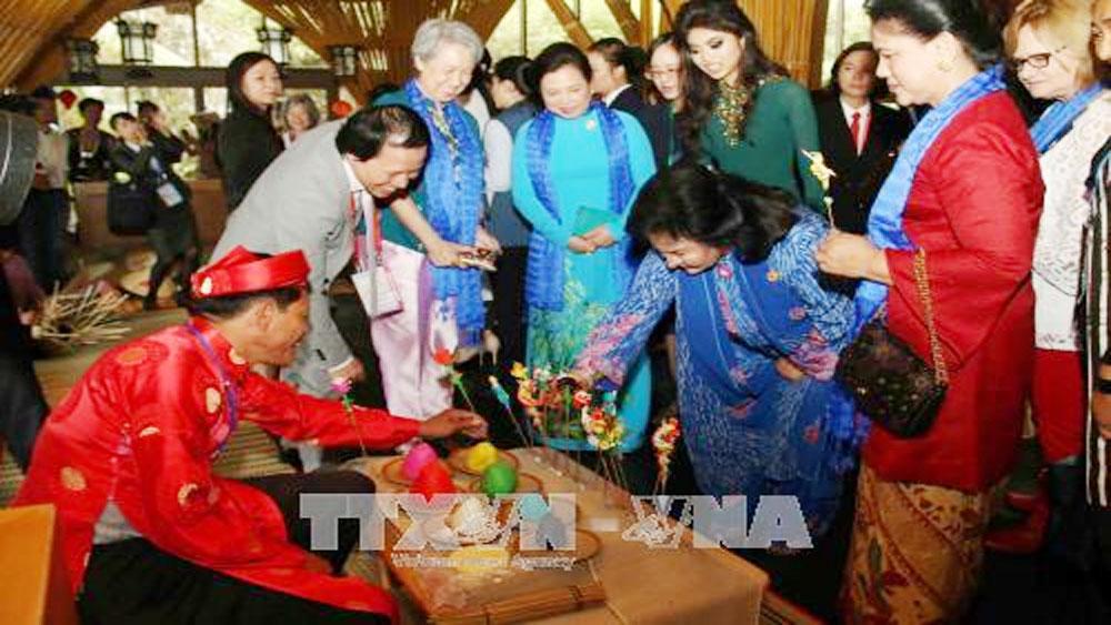 APEC 2017: Wives of APEC leaders visit ancient Hoi An city