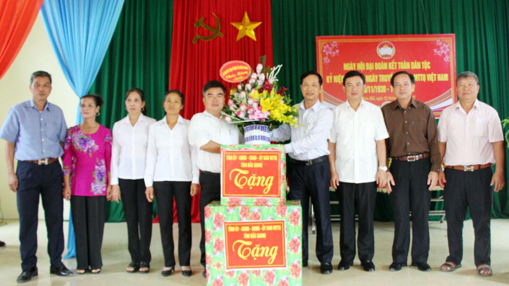 Thường trực Ủy ban MTTQ tỉnh dự Ngày hội Đại đoàn kết tại Yên Thế