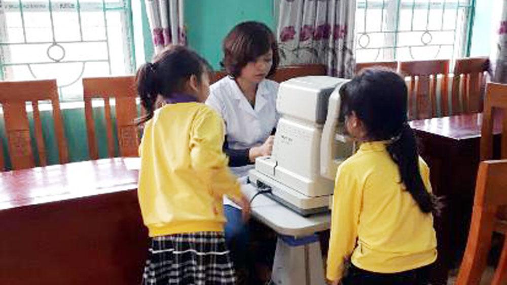 Khám sàng lọc các bệnh về mắt cho học sinh