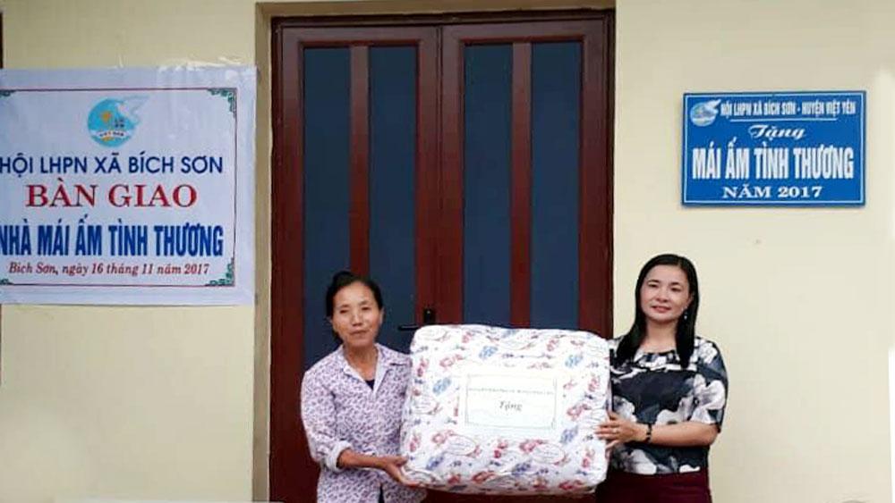 """Trao nhà """"Mái ấm tình thương"""" cho chị Nguyễn Thị Xuyên, xã Bích Sơn"""