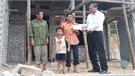 Đồng chí Thân Văn Khánh trao tiền hỗ trợ làm nhà cho hộ có hoàn cảnh đặc biệt khó khăn