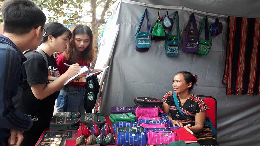 Du khách đến Đà Nẵng hào hứng trải nghiệm hơn 14 làng nghề truyền thống xứ Quảng