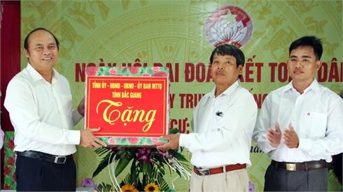Chủ tịch UBND tỉnh Nguyễn Văn Linh, Phó Chủ tịch Thường trực UBND tỉnh Lại Thanh Sơn dự Ngày hội Đại đoàn kết