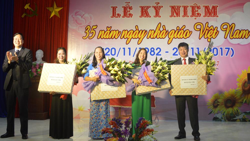 Bí thư Huyện ủy Lê Ô Pích dự và chúc mừng ngày Nhà giáo Việt Nam