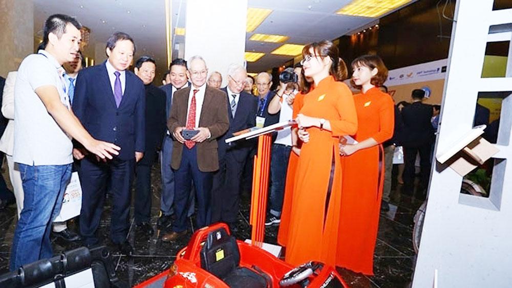 Internet Day 2017, Vietnamese smart technology, new technologies, Vietnamese engineers, anniversary ceremony, smart lighting, smart parking systems,  QR code,  outstanding individuals
