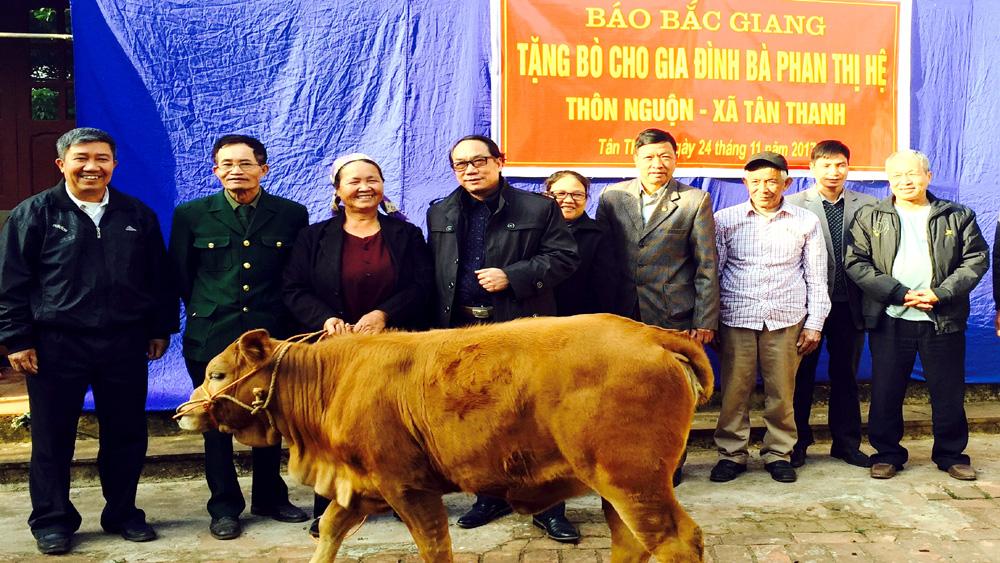 Báo Bắc Giang tặng bò cho hộ nghèo xã Tân Thanh