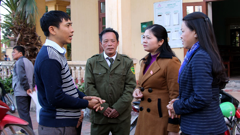 Các ĐBQH trò chuyện với cử tri xã Quế Nham (Tân Yên).