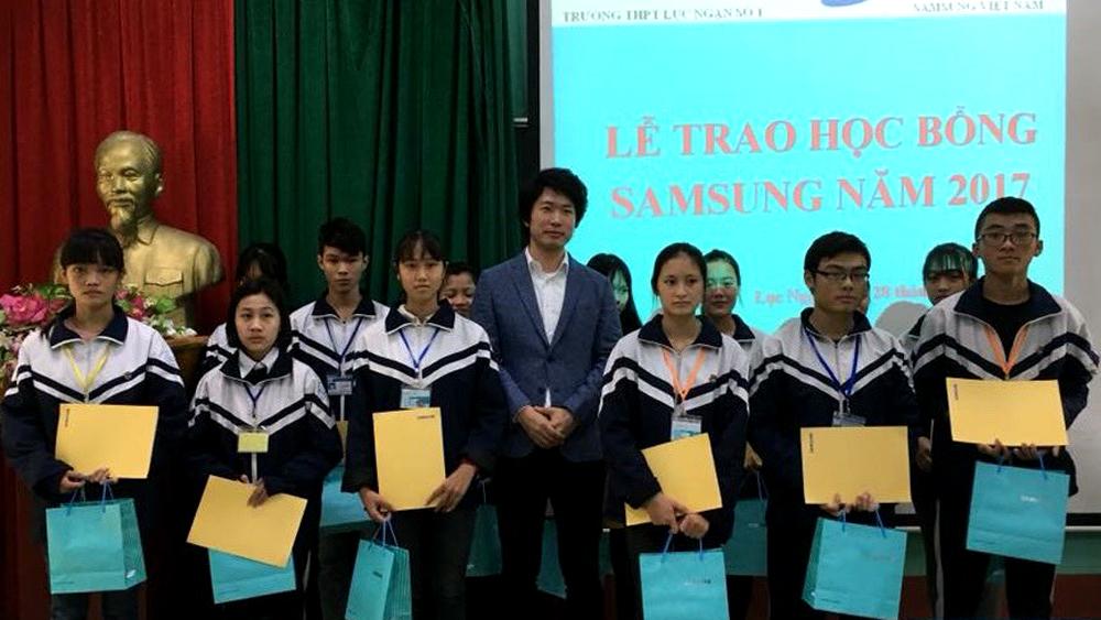 Công ty TNHH Samsung Electronics Việt Nam trao 13 suất học bổng cho học sinh nghèo