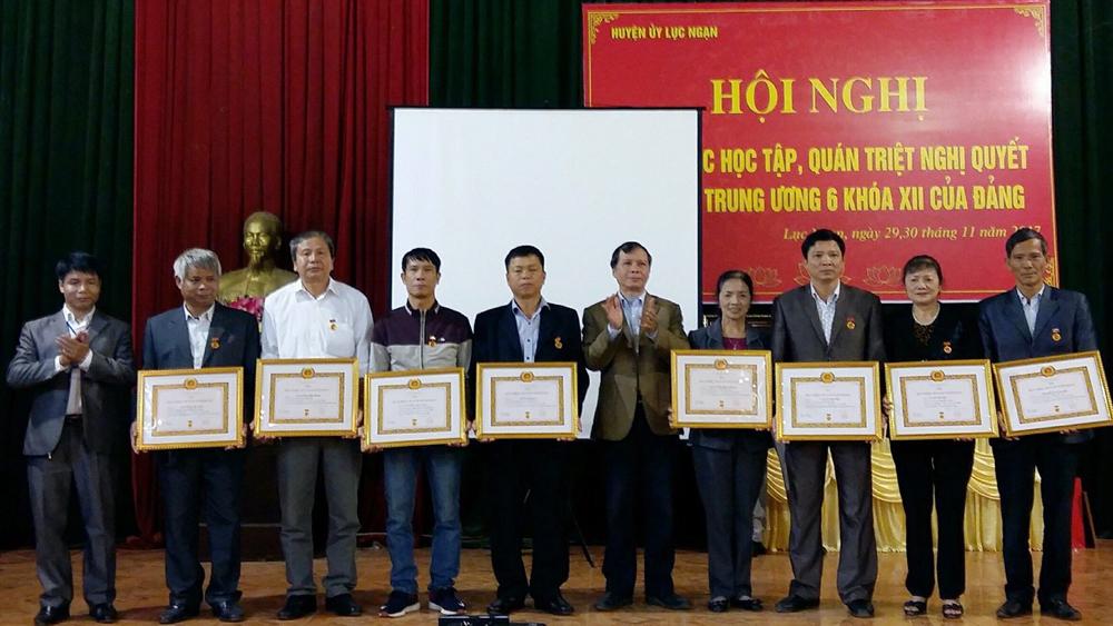 Đảng bộ Thị trấn Chũ trao tặng Huy hiệu Đảng cho 23 đảng viên