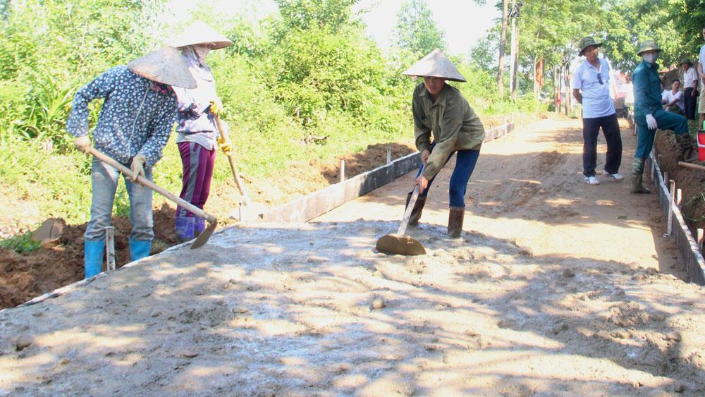 Hiệp Hòa: Cấp đủ xi - măng hỗ trợ, đẩy nhanh tiến độ làm đường