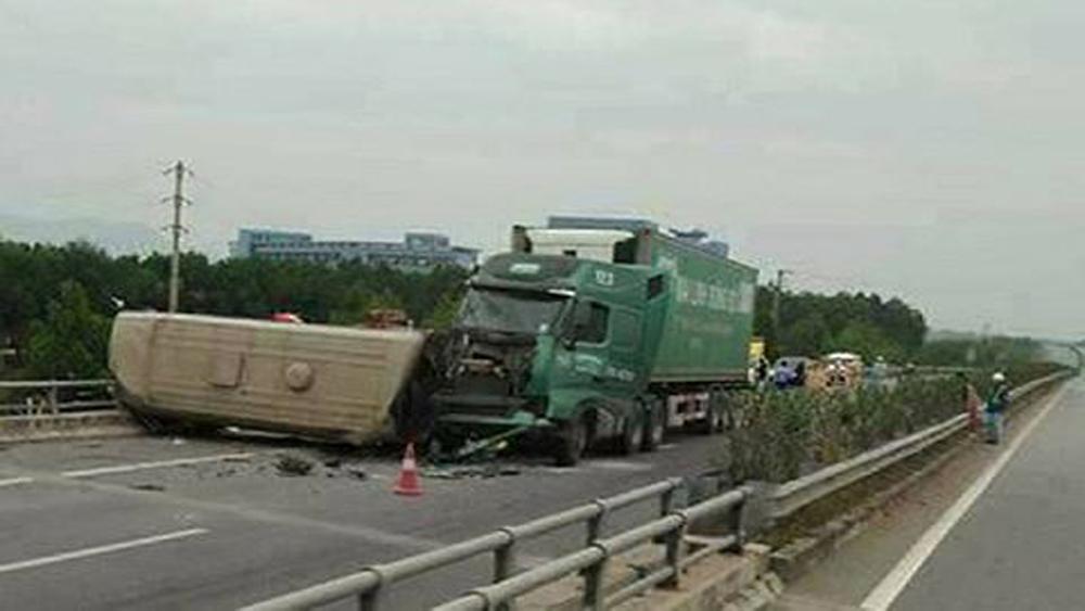 Xe container đâm vào xe khách làm nhiều người bị thương