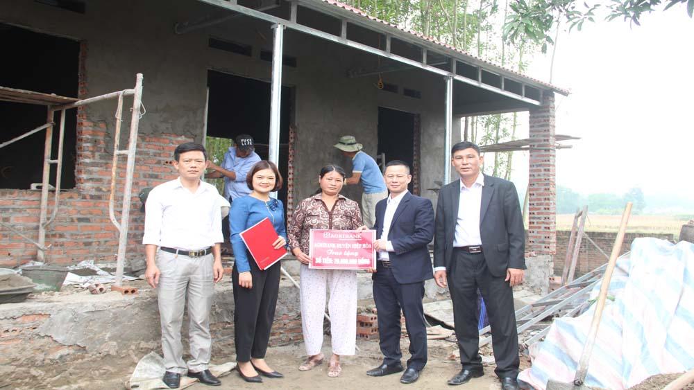 Hỗ trợ hai hộ nghèo xây dựng nhà ở