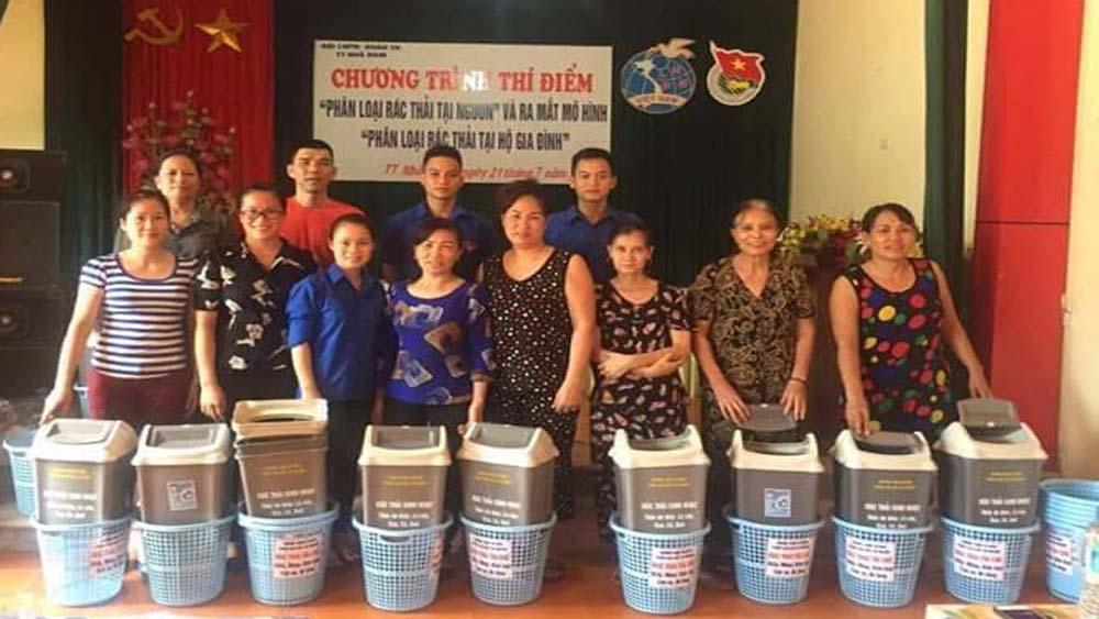 Phụ nữ thị trấn Nhã Nam cấp 100 sọt đựng rác cho hội viên