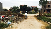 Bãi rác cạnh lối vào thôn