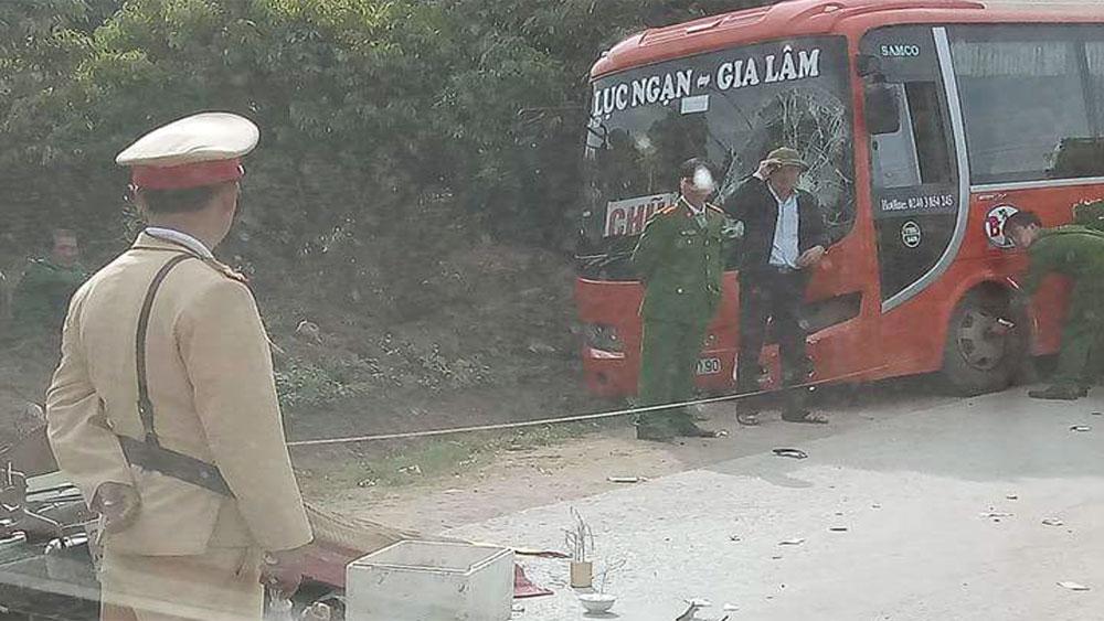 Xe máy va chạm với xe buýt, một người tử vong