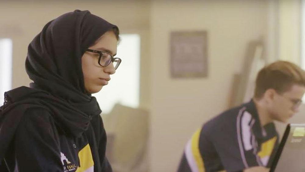 Cô học trò Ajman chế tạo robot đi học thay người