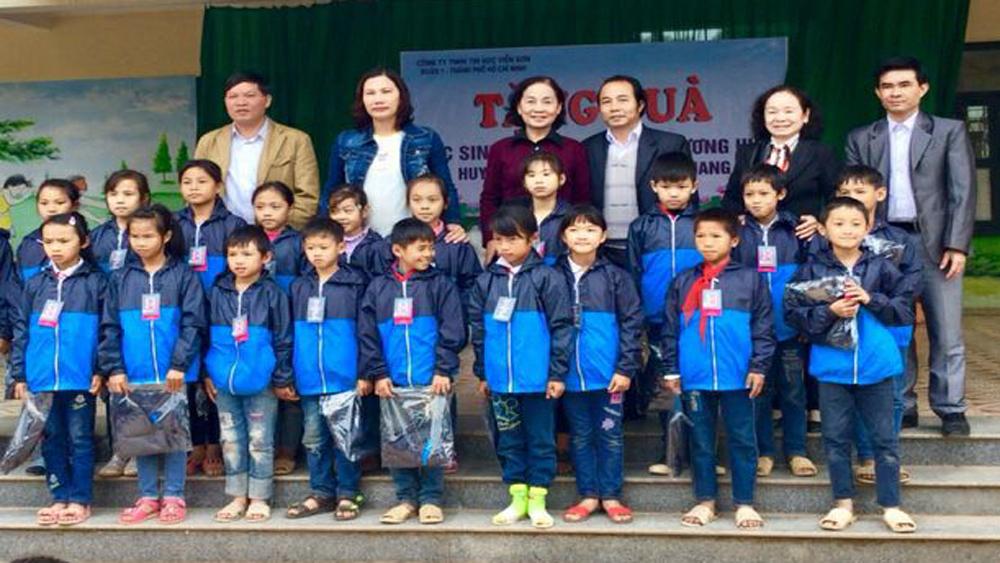 Tặng quần áo cho học sinh nghèo huyện Sơn Động