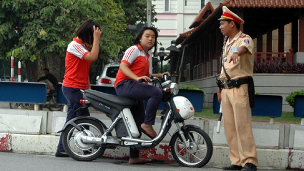 Đề xuất điều chỉnh độ tuổi điều khiển xe gắn máy với học sinh