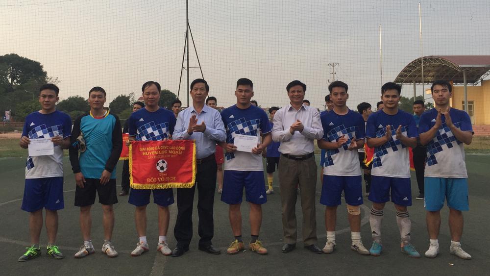 Đội tuyển Công an huyện đoạt cúp vô địch giải bóng đá công nhân viên chức lao động huyện Lục Ngạn