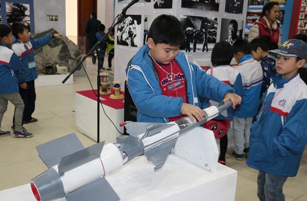 hiện vật, làm nên lịch sử, chiến thắng Điện Biên Phủ trên không, bầu trời Hà Nội, Đánh thắng B52, phi công Phạm Tuân, phi công Vũ Xuân Thiều