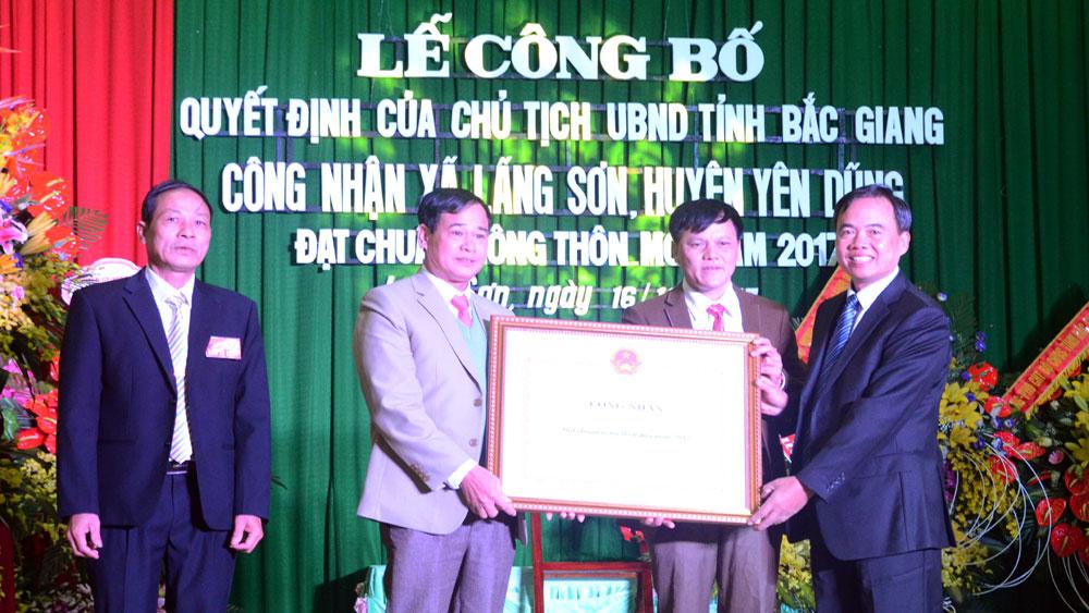 Phó Chủ tịch Thường trực HĐND tỉnh Bùi Văn Hạnh trao Quyết định đạt chuẩn NTM cho lãnh đạo xã Lãng Sơn.