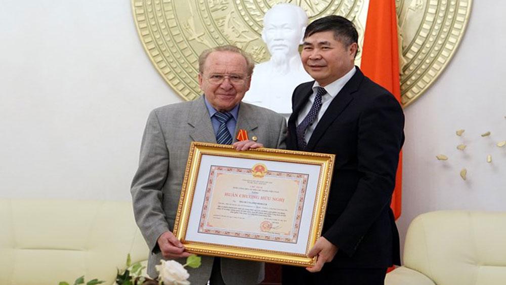 Vietnam's Friendship Order presented to German journalist