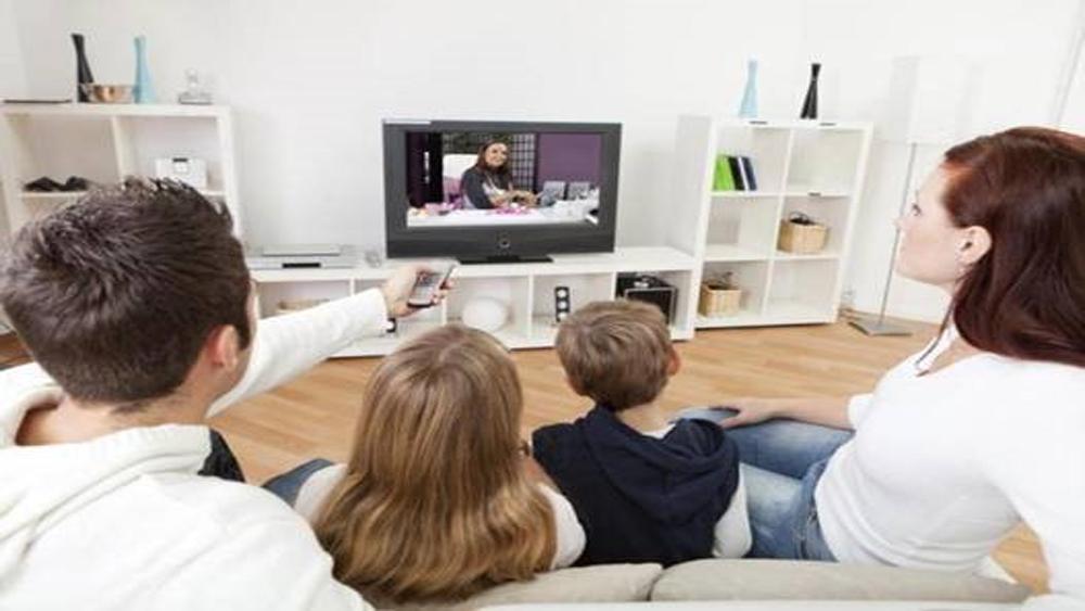 Nhiều tác hại khi cho trẻ xem tivi, điện thoại thông minh trước giờ ngủ
