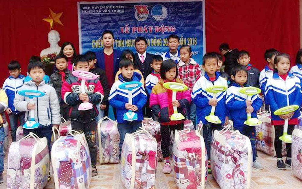 Trao quà ,  trẻ em,  khó khăn , Vân Trung, Việt Yên