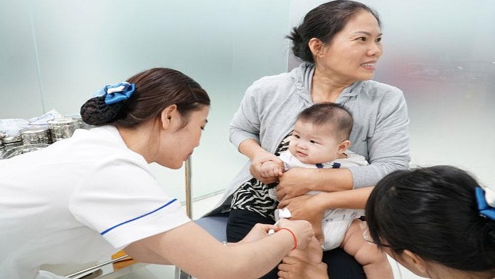 Tiêm chủng là biện pháp hữu hiệu nhất phòng bệnh ho gà cho trẻ. Ảnh: Phương Vy/TTXVN
