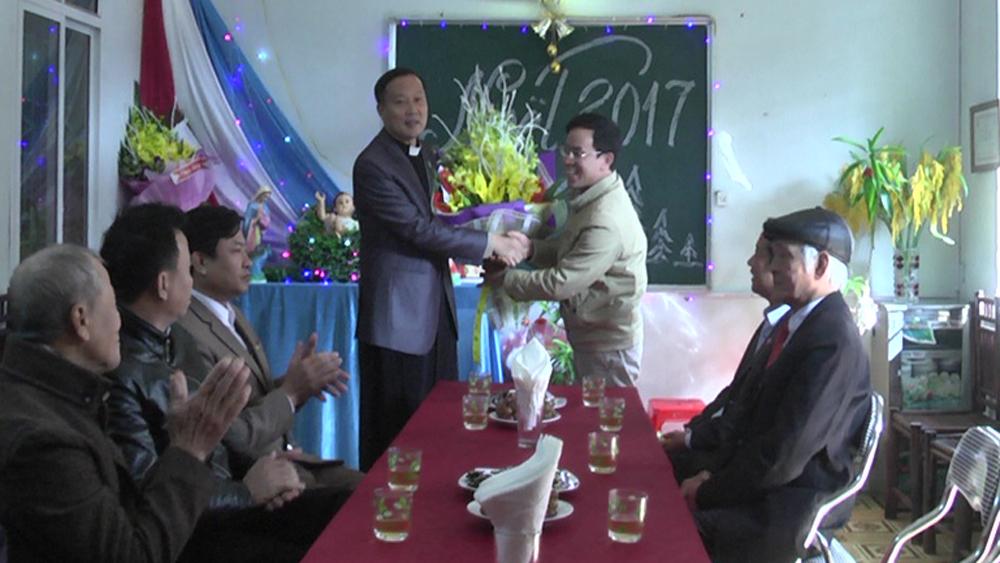 Lãnh đạo Ủy ban MTTQ tỉnh Bắc Giang thăm, tặng quà nhân dịp lễ Giáng sinh tại huyện Yên Dũng