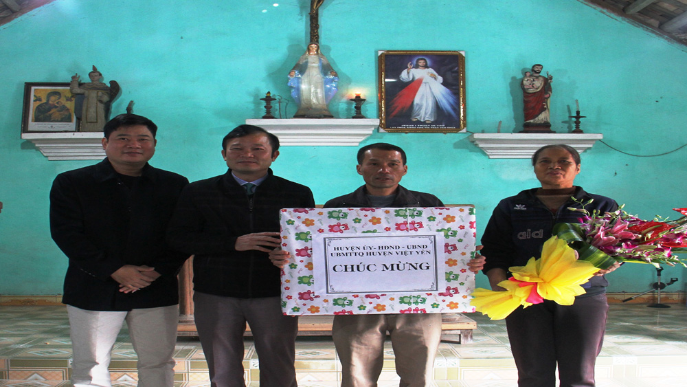 Thăm, tặng quà các giáo xứ, giáo họ xã Minh Đức
