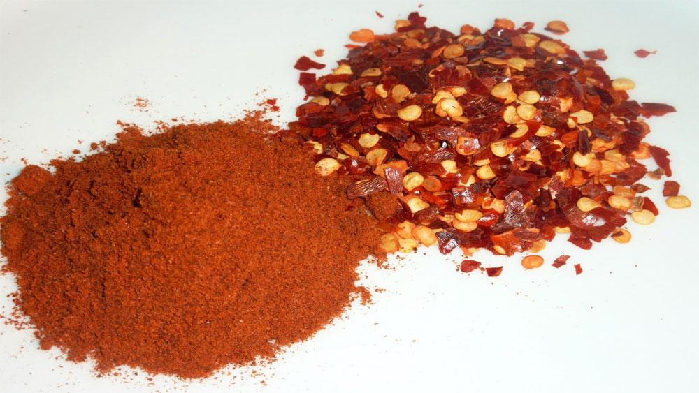 Bột ớt trộn phẩm màu màu sắc sặc sỡ và nhìn không thật mắt