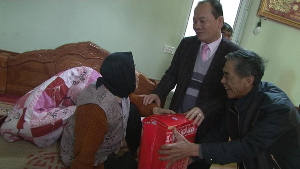 Trao tặng 20 suất quà cho gia đình người có công