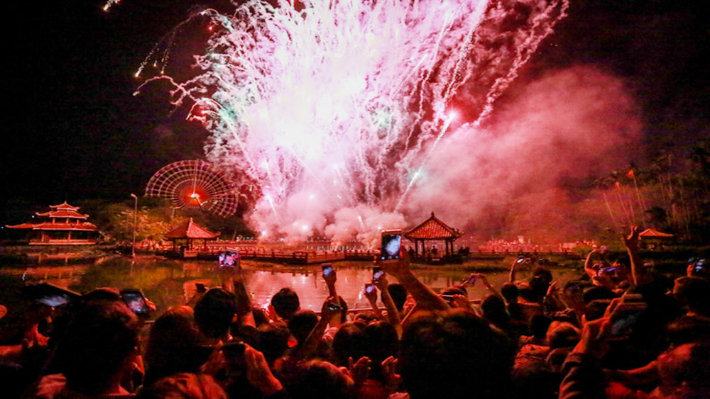 Saigon, New Year, fireworks, thrifty year, fireworks-free, Communist Party, 15-minute fireworks, national austerity policy, pyrotechnics performance, countdown event, Christmas lights, National Day